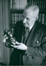 António Salazar looking at the small bust. 1962.