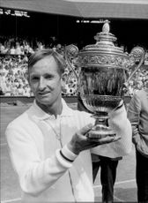 Rod Laver with the trophy after the win in the final of the men's single against Tony Roche in Wimbledon 968
