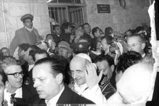Pope Paul VI amidst the crowd, smiling.