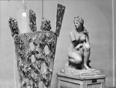 Modern art and antique: sheet metal and aphrodite in the bathroom