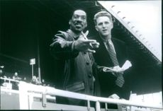 A scene showing Eddie Murphy and Michael Rapaport having a conversation in the film Metro, 1997.