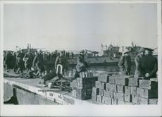 Soldiers working together in the port during Second Boer War, 1942.