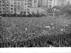 De Gaulle in Algeria Many people, regardless of citizenship, greeted de Gaulle's return to power as the breakthrough needed to end the hostilities. On his June 4 trip to Algeria, de Gaulle calculatedly made an ambiguous and broad emotional appeal to all t