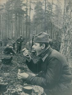 Soldier Gösta Nilsson from Bollnäs likes to taste the food served during field practice.