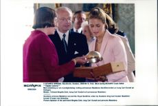Princess Madeleine shows her presents for the speech birgitta Dahl and dad king Carl Gustaf.