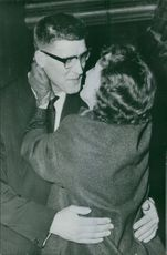 Anton Geesink embracing a woman. Photo taken Dec 11, 1961