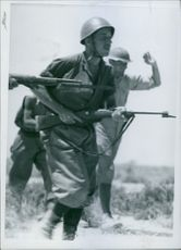 Tobruk front: A return from a bold Italian offensive with swap and prisoner. 1942
