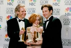 Gillian Anderson tillsammans med David Duchoyny och Chris Carter vid Golden Globe Awards