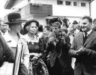 Prinsessan Anne and Queen Elizabeth II surrounded by photographers.