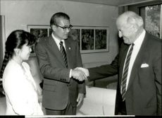 Voici M. Tasuku Tsukada, Japanese Olympic Committee, greets M. Hodler.