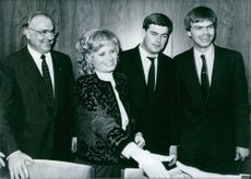 Hannelore Kohl accepts the congratulations of the CDU/CSU fraction of the Bundestag  with Helmut Kohl and their two sons, Walter and Peter, 1982.