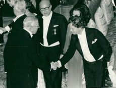 ERST Hugo Järegård greets King Gustaf Adolf. In the middle you can see Eric Ericson, Eric Ericson