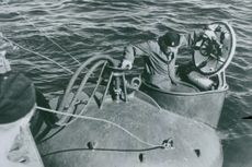 Rescue clock in operation A submarine man ends up under a submarine exercise under real-world conditions. - 22 July 1944