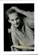 Black and white portrait photography of American actor Anthony Edwards.