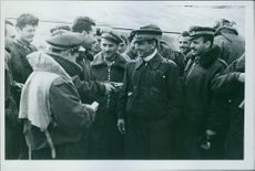 The crew of a torpedo bomber tells the bold action to comrades of the field.