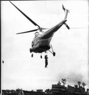 A helicopter takes up a frogman from Sundsvallsfjärden.