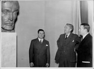 Wäinö Aaltonen, superintendent Gauffin and Principal Antonsson at the National Museum.