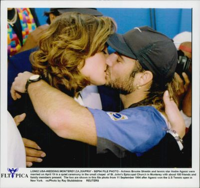 Andre Agassi kisses girlfriend Brooke Shields.