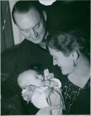 1937 Einar Beyron & wife Brita Hertzberg Beyron with their daugther Katarina.