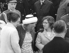 Queen Juliana in a conversation with people.