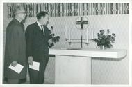 """Contract Progress Sigurd Håkanson and the artist, Professor Olle Nyman, admire the altar cross in the """"Chapel of the Lover"""""""