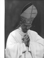 Pope Paul VI praying.