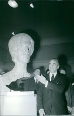 Jacques Chaban-Delmas pointing to a sculpture, 1971.