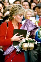 Prinsessan Diana delar ut pris under en poesitävling vid London's Care Royal