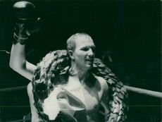 Bo Högberg with the wreath around the neck after the win of a boxing match