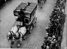 A horse bus under the Lord Mayor's Show in Ludgate Hill - 9 November 1949