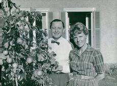 Jarl Hjalmarsson, party leader for the moderates with his wife Eyvor in the garden