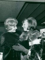 Actress Signe Hasso greets Alice Babs at Arlanda in 1964.