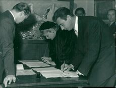 Simone Signoret and Yves Montand sign the paper of the mayor of Saint-Paul-de-Vence