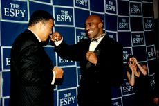 Muhammad Ali and heavyweight boxer Evander Holyfield spared each other before the ESPY Awards galan.