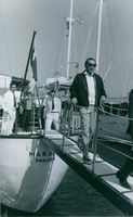Frank Sinatra getting off the boat.