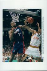 OS Basketball: David Robinson (USA) against Georgia Dome (Lithuania)