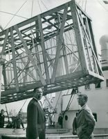 Chalmers professor Olof Rydbeck and civil engineer Bengt Byström supervise the lifting of the radio mirror from Krageholm's intermediate door