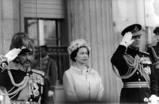Elizabeth flanked by Haile Selassi and prince Philip saluting, in Addis Abeba.