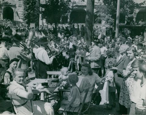 Berliners watching the band while playing a music, 1945.