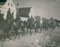 Soldiers gathered with their horses while marching during the WWI, 1914.