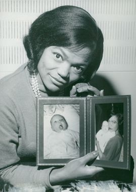 Eartha Kitt shows up her little baby on photos