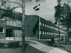 The new institution is a 150m long three-story brick building in 1963.