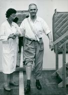 Gustav Thudin is assisted with the training of the physiotherapist Elizabeth Bevan at the Academic Hospital