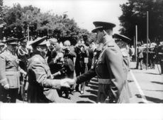 Juan Carlos I meeting hands with soldier.