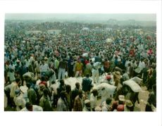 The Rwandan War:Thousands of rwandan refugees wait to get food.