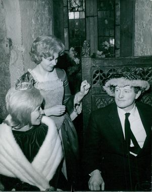 Actor Richard Harris seems satisfied with his appearance after donning the earl's cap. 1963.