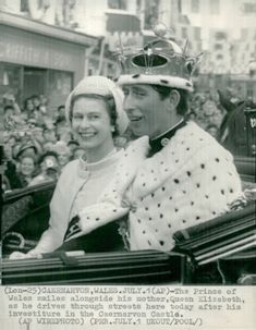 Prince Charles with Queen Elisabeth at the Crown of Prince of Wales