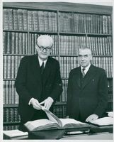 Debt Director Sten Widlund t.h. and the head of the accounting agency, office manager Artur Sandqvist, in front of 169 main books