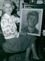 A woman showing a painting by Otto Boudewijn de Kat.