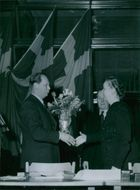 Bengt Lundmark handles flowers to Gunny Ekstrand and Erik Andersson at § - 16 March 1948